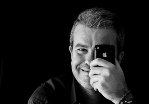 Retrato de @phroc en blanco y negro con su iPhone 3GS