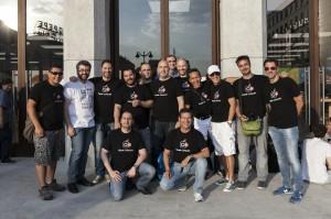 Grupo de socios del GUMCAM delante de la fachada de la Apple Store de Sol