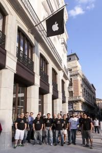 Grupo de socios del GUMCAM delante de la Apple Store de Sol