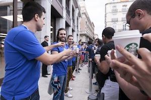 Los empleados de la Apple Store de Sol reparten el desayuno